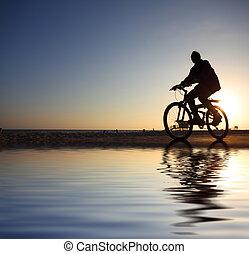 silhouette, motard, coucher soleil, équitation, long, plage