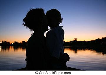 silhouette, mutter, gegen, sonnenuntergang, hintergrund, kind
