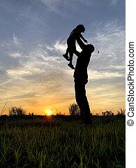 silhouette, père, ciel, contre, fils, porter, coucher soleil, pendant