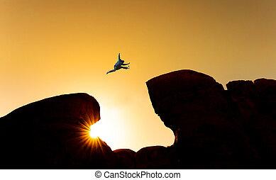 silhouette, risque, liberté, concept., défi, sauter, homme, croisement, précipice, sur, falaise