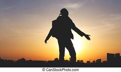 silhouette, sac à dos, ciel, contre, clair, coucher soleil, homme