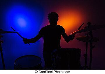 silhouette, stöcke, sitzen, schlagzeugspieler, trommeln, spielende , mann
