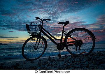 silhouette, strand, ondergaande zon , fiets, ouderwetse