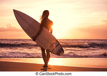 silhouette, surfer, meisje, op het strand, op, ondergaande...