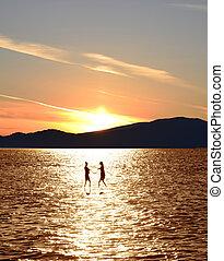silhouette, tramonto, due, sopra, mare