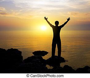 silhouette, van, de, persoon, op, ondergaande zon