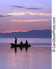 silhouette, van, drie mannen in een boot