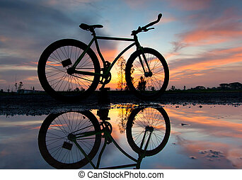 silhouette, van, een, fiets, op, ondergaande zon