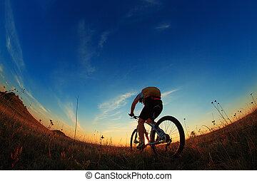 silhouette, van, een, fietser, en, fiets, op, hemel, achtergrond.