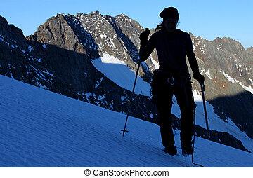 silhouette, van, een, klimmer, wandelende, door, berg, gletsjer