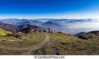 silhouette, van, een, man, het overzien, nevelig, bergen