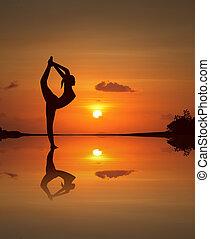 silhouette, van, een, mooi, yoga, meisje, op, weerspiegelde,...