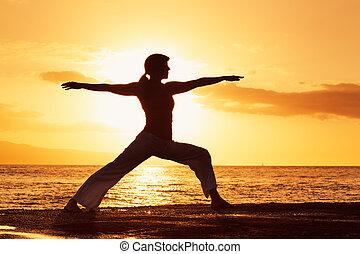 silhouette, van, een, mooi, yoga, vrouw, op, ondergaande zon...