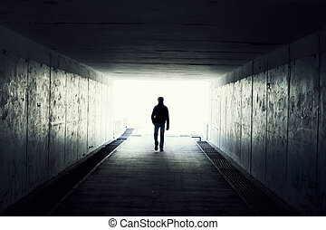 silhouette, van, man te lopen, in, tunnel., licht, op,...