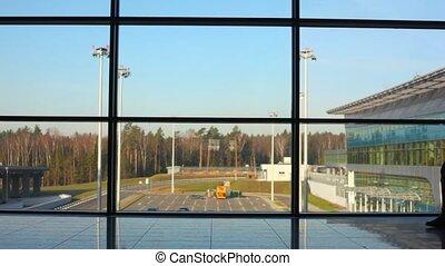silhouette, van, man, wandelingen, tegen, venster, op, luchthaven