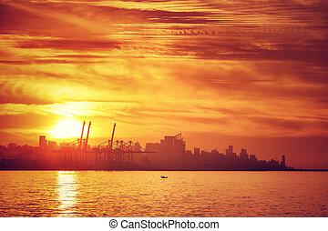 silhouette, van, stad, in, ondergaande zon , licht