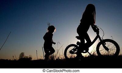 silhouette, van, twee, kleine meisjes, wie, spel met, fiets