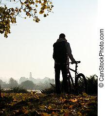 silhouette, van, vrouw, met, fiets, door, de, breken, van, dag