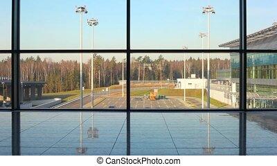silhouette, van, vrouw, wandelingen, tegen, venster, op, luchthaven