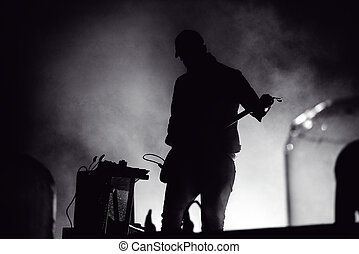 silhouette, von, a, gitarre spieler, in, stadium lichter