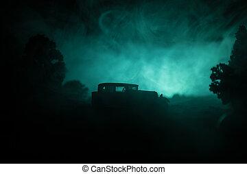 silhouette, von, altes , jahrgangsauto, in, dunkel, neblig, paßte, hintergrund, mit, glühen, lichter, in, niedrig, licht, oder, silhouette, von, altes , auto, in, dunkel, forest.