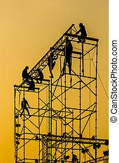 silhouette, von, arbeiter, auf, montieren, konzertbühne