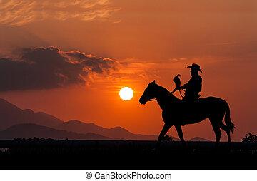 silhouette, von, cowboy, sitzen, auf, seine, pferd, an, sonnenuntergang, hintergrund