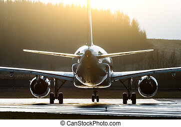 silhouette, von, ein, flugzeug, erleuchtet, per, der, sonne, konturen, kontrast, auf, a, runway.