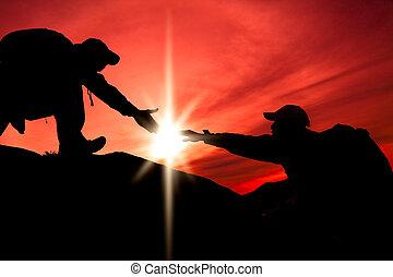 silhouette, von, helfende hand, zwischen, zwei, bergsteiger