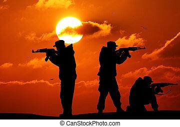 silhouette, von, militaer, drei, soldat, oder, offizier, mit, waffen, an, sunset., kugel, besitz, gewehr, bunte, himmelsgewölbe, berg, hintergrund, mannschaft