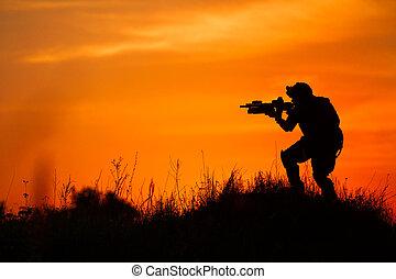 silhouette, von, militaer, soldat, oder, offizier, mit, waffen, an, sunset.