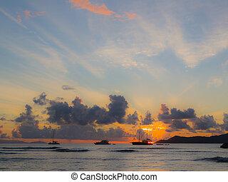 silhouette, von, schiffe, und, a, schöne , sonnenuntergang