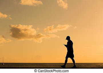 silhouette, wandelende, ondergaande zon , man
