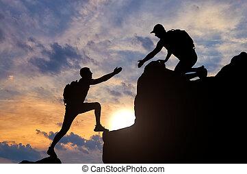 silhouette, werkende , geven, hand, portie, team, bergbeklimmer, mannelijke , hem, partner