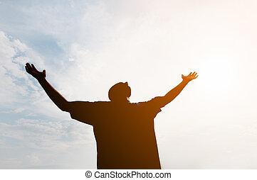 silhouetted, contra, hombre, ángulo bajo, brillante, tiro, sol