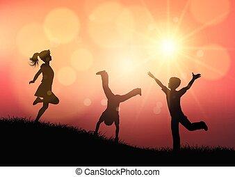 silhouetten, von, kinder, spielen, in, sonnenuntergang, landschaftsbild