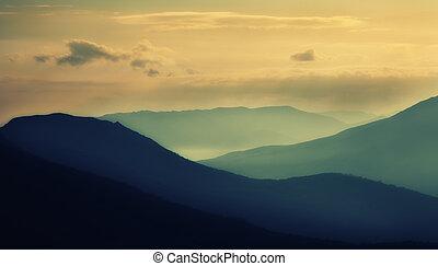 silhouettes, coucher soleil, montagnes