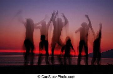 silhouettes, gens, coucher soleil