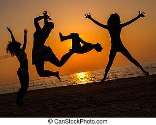 silhouettes, springt, strand, jongeren
