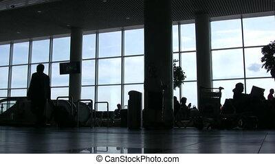 silhouettes, van, mensen, tegen, vensters, in, een, luchthaven, zaal