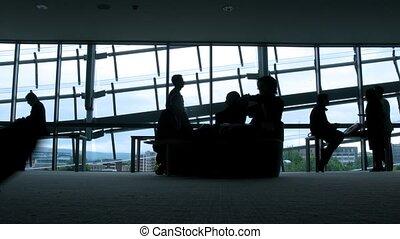 silhouettes, van, mensen, tegenoverstaand, om te, vensters, in, luchthaven.