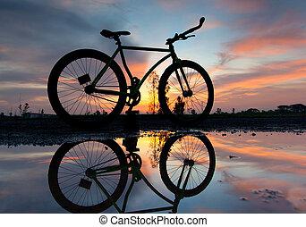 silhuet, i, en, cykel, hos, solnedgang