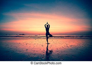 silhuet, i, en, kvinde, yoga, på, hav kyst, hos, surreal,...