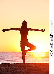 silhuet, i, en, smukke, yoga, kvinde, hos, solnedgang