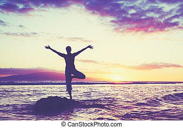 silhuet, i, en, smukke, yoga, kvinde