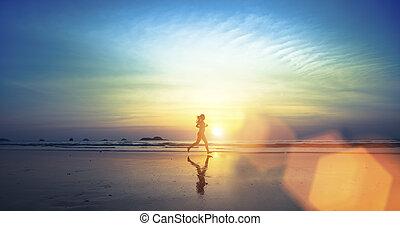 silhuet, i, en, ung pige, løbe langs stranden, i, den, hav, during, en, forbløffende, sunset.