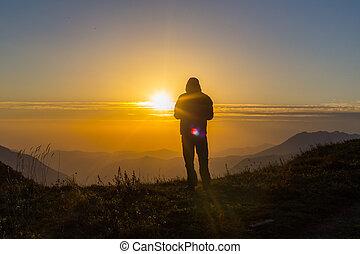 silhuet, i, ene ung mand, beliggende, hos, den, bjerg top