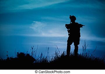 silhuet, i, militær, soldat, eller, officer, hos, våben,...
