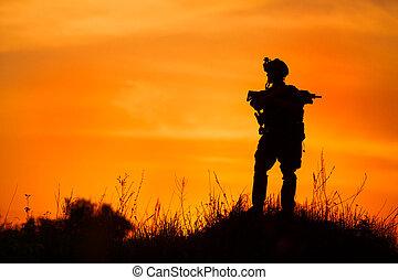 silhuet, i, militær, soldat, eller, officer, hos, våben, hos, sunset.