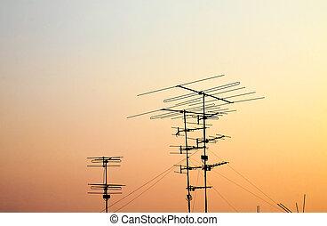 silhuetas, de, antenas, com, pôr do sol